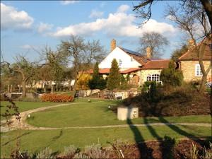 Pohled na jarní zahradu