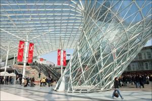 Prohýbaná železná konstrukce chránící celý komunikační prostor mezi jednotlivými výstavními pavilony
