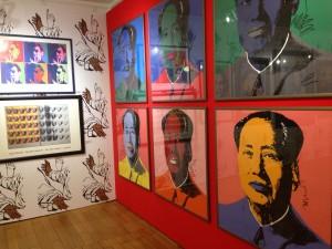 Pestré barvy, lesk, tapeta s velkým vzorem - to vše umocňuje dílo A. Warhola