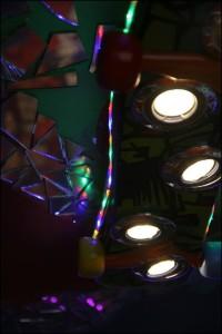 stropní světlo s bodovými halogeny a LED páskem